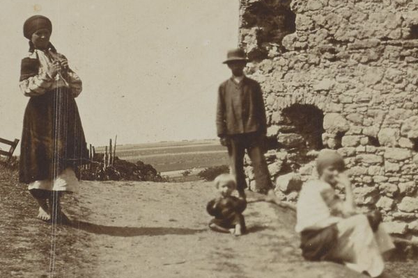 Руїни замку в селі Новосілка-Костюкова: фото 1905 року