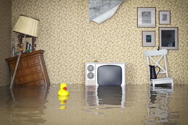 Мою квартиру затопило: правоохоронці допомагали тернополянину вичерпувати воду