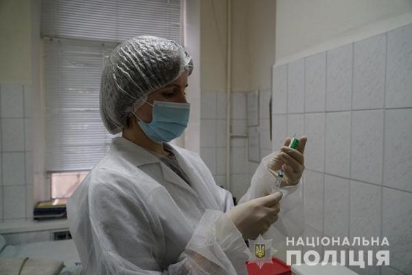 На Тернопільщині мобільні бригади вакцинують правоохоронців