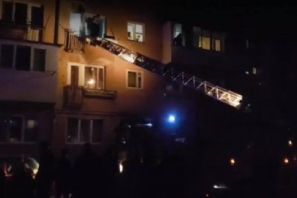 Нічна пожежа у Тернополі у багатоповерхівці: за допомогою автодрабини врятували 6-ть людей, з них 3-є дітей