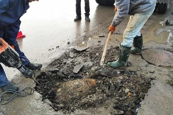 У Бережанах прорвало водопровід у колодязі, який дорожники «закатаний в асфальт»