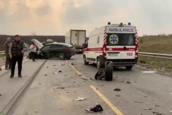 ДТП: на Тернопільщині не розминулися мікроавтобус та два легкові автомобілі