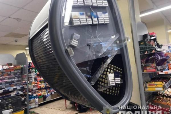 Забіг у магазин із сокирою і трощив вітрини: чоловік помстився за зауваження дружині-антимасочниці