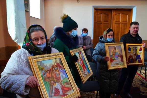 На Тернопільщині освятили 14 ікон, які жінки вишили для одного з храмів