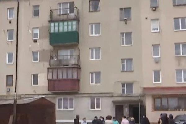 На Тернопільщині люди живуть у «будинку-привиді», який може рухнути будь-якої миті (Відео)