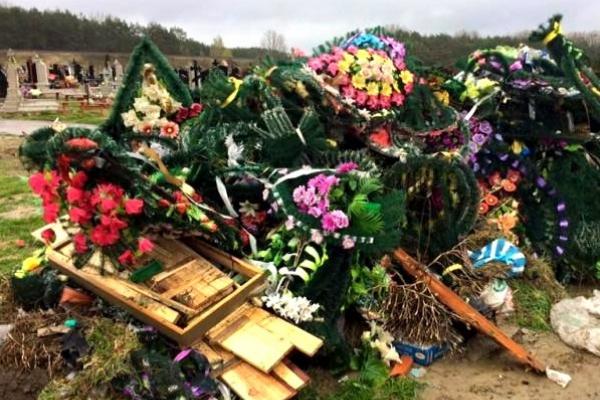 Шкодить навколишньому середовищу: тернополян просять не приносити на кладовища вінки