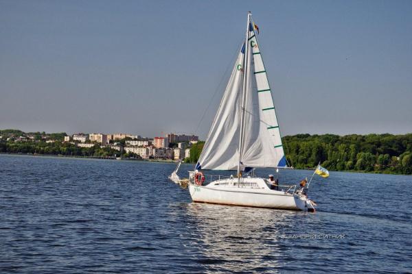 Продають вітрильну яхту, яка 30 років курсувала Тернопільським ставом