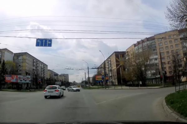 У Тернополі зухвалий водій «ганяв» на червоне світло (Відео)
