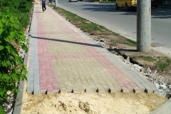 Відремонтувати тротуар біля парку «Здоров'я» просять тернополяни