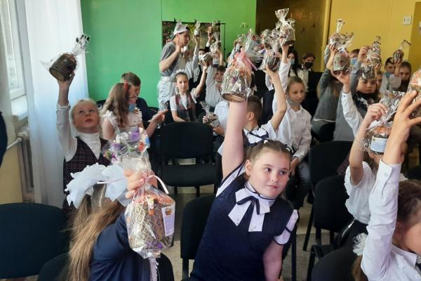 Більше ніж благодійність: «АТБ» передала три тисячі великодніх подарунків дітям із «сірої» зони Донбасу