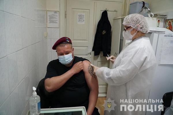 На Тернопільщині вакцинували понад тисячу правоохоронців у відставці