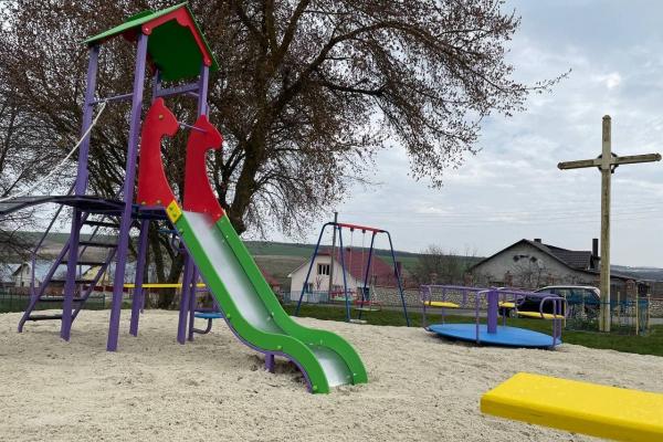 У Стегниківцях - новий дитячий майданчик!