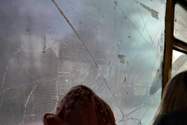 У Тернополі маршрутка із побитим вікном возить людей