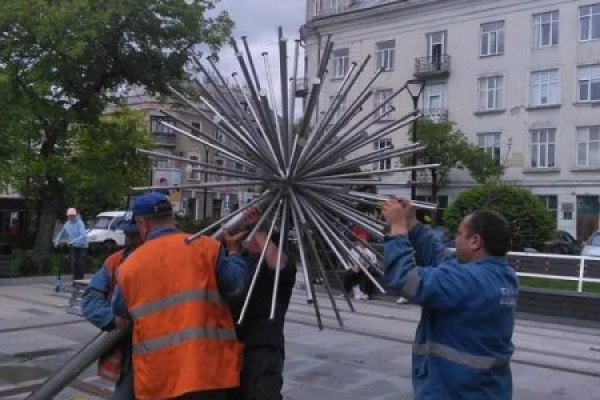 Комунальники пояснили, чому щотижня доводиться прочищати фонтан «Кульбаба»