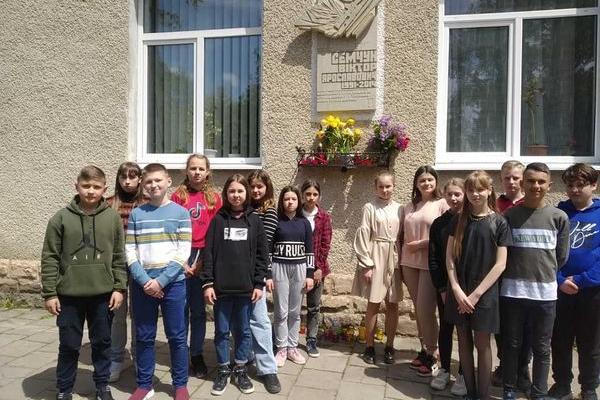 Учні та педагоги Теребовлянської школи вшанували пам'ять Героя України Віктора Семчука