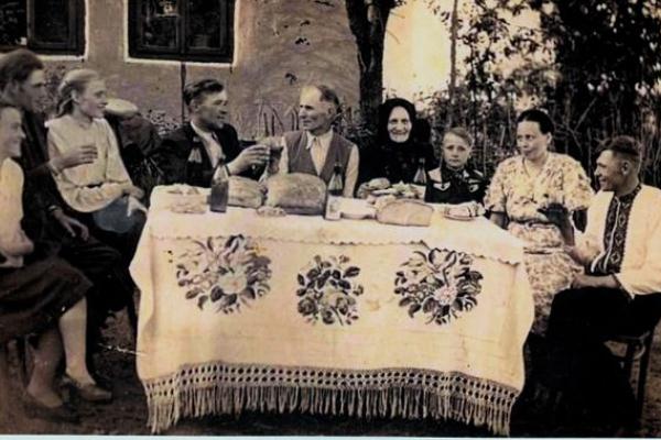 Мешканці села Таурів на фото 1930-го року