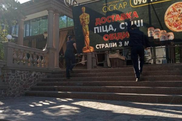 У центрі Тернополя демонтували незаконно встановлену рекламну конструкцію