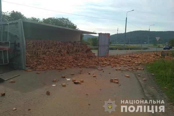 На Тернопільщині ДТП: перекинулася вантажівка з цеглою