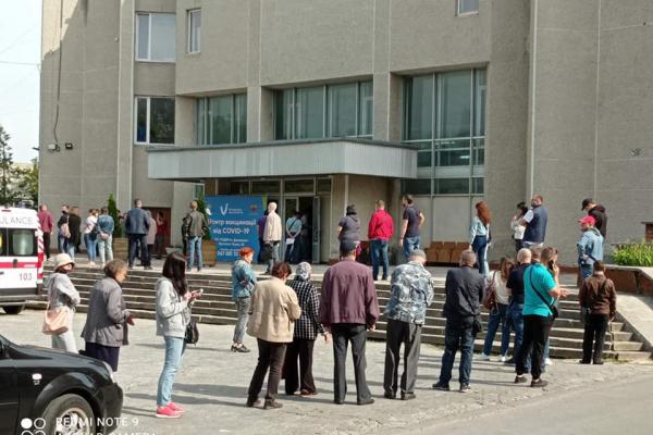 Люди вистроїлись в чергу: у Тернополі запрацював тимчасовий центр вакцинації