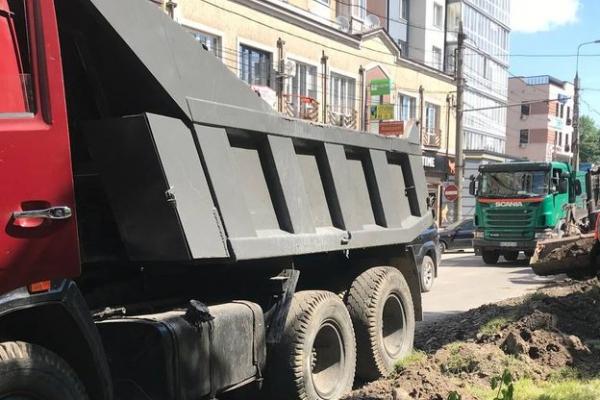 На одній із вулиць Тернополя облаштовують технічну смугу