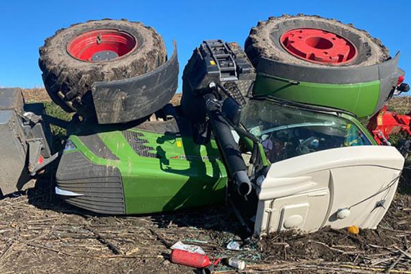 Двоє людей у реанімації: На Тернопільщині у полі перекинувся трактор