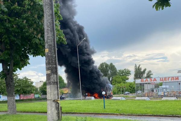 У Тернополі на автозаправці загорілася вантажівка