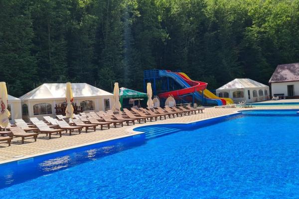 В одному з відпочинкових комплексів Тернопільщини відкрили два басейни просто неба (Фото)