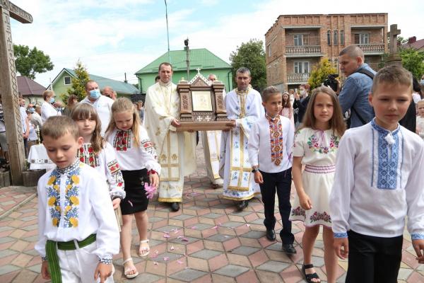 У церкві на Тернопільщині з'явилась святиня, яка зцілила багатьох людей (Відео)