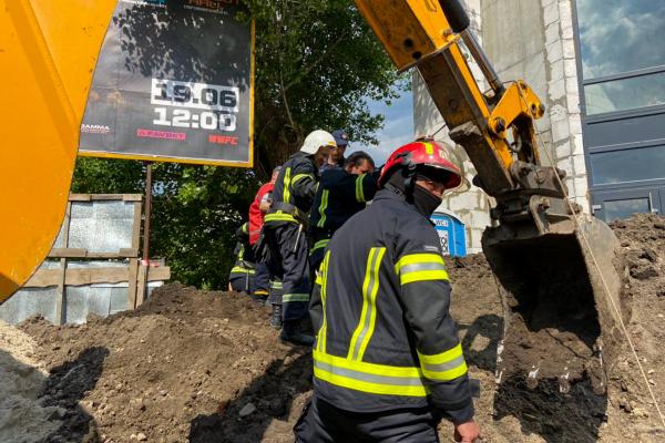 У Тернополі землею засипало працівника: на місці працюють рятувальники
