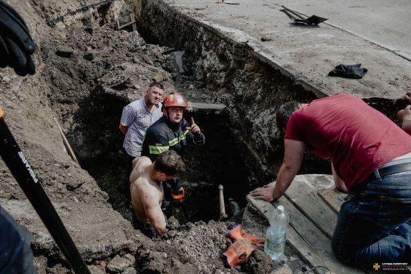 У Тернополі рятували робітника, якого засипало трьохметровим шаром землі