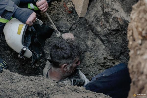 З'явилося відео з місця порятунку робітника у Тернополі, якого засипало трьохметровим шаром землі