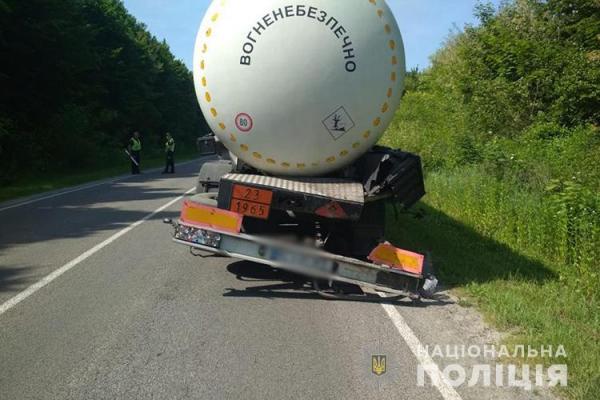 На Тернопільщині ДТП: бус не розминувся з бензовозом