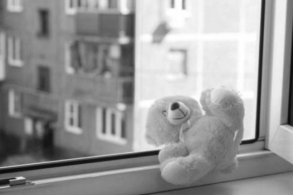 Трагедія: з вікна на сьомому поверсі випав дворічний малюк