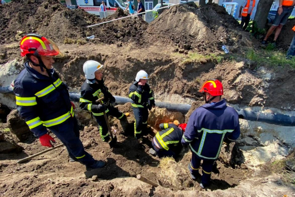 У Тернополі під завалами землі опинилися працівники: один чоловік загинув
