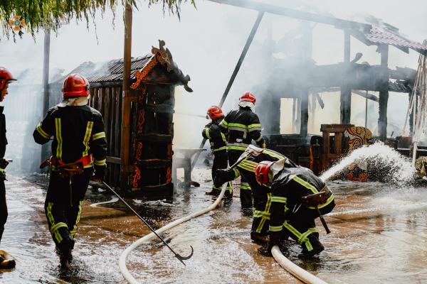 У центрі Тернополя згорів бар (Відео)