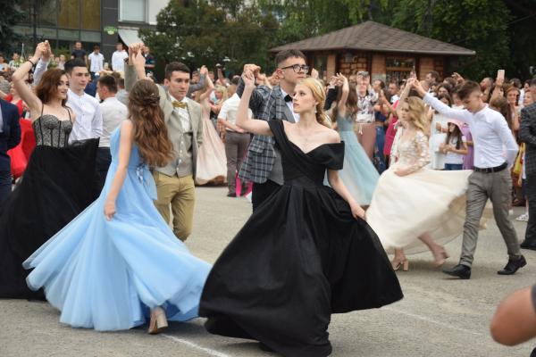 На рекордний прощальний вальс у Чорткові зібралися 173 випускники