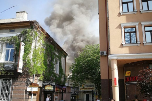 У центрі Тернополя вщент згорів дерев'яний ресторан (Відео)