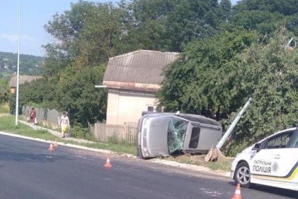 На Тернопільщині ДТП: авто врізалось в електроопору
