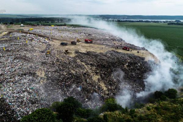 Майже за два дні рятувальникам вдалося ліквідувати пожежу на сміттєзвалищі поблизу Тернополя