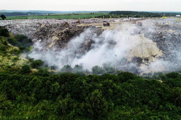 Поблизу Тернополя продовжує горіти сміттєзвалище