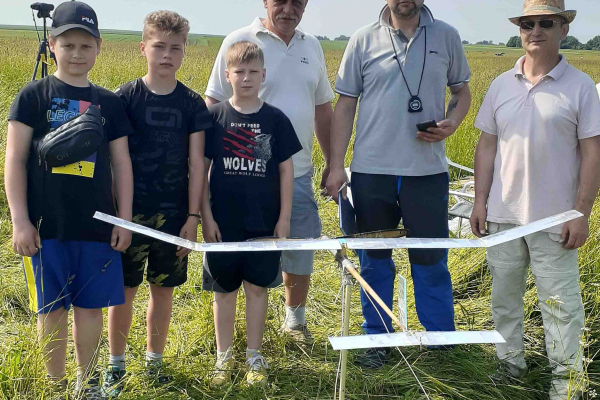 На Тернопільщині на пасовищі провели змагання з авіа- та ракетомодельного спорту