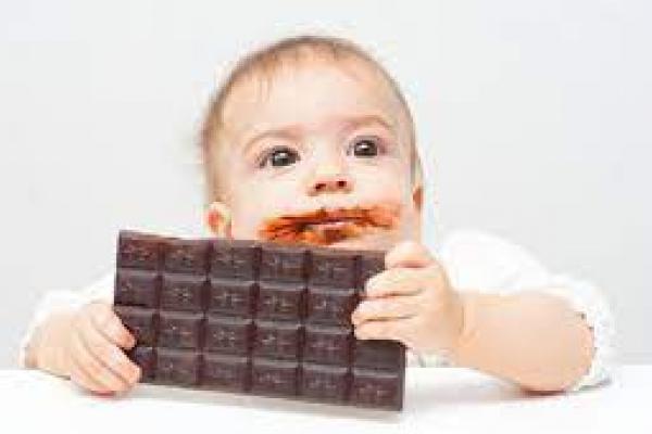 Викликали швидку: у Тернополі однорічна дитина подавилася шоколадом