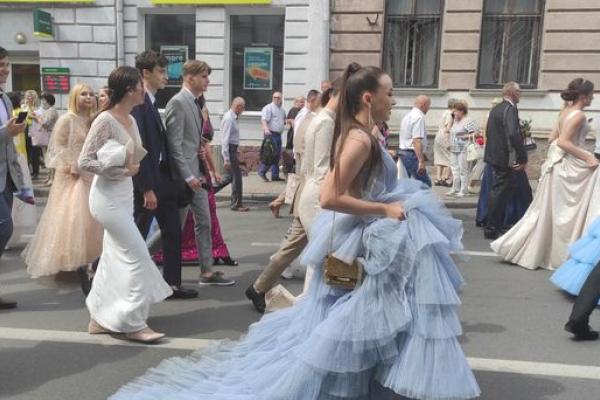 Півтори тисячі випускників пройшли урочистою ходою Тернополем