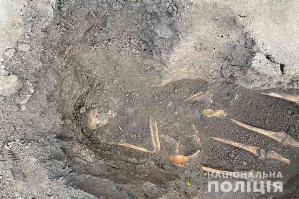 Скелети на подвір'ї: на Тернопільщині майстер виявив поховання