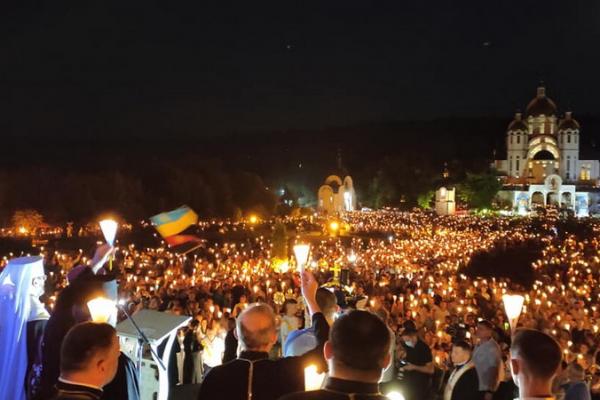 Перехоплює подих: велелюдний похід зі свічками у Зарваниці на фото і відео