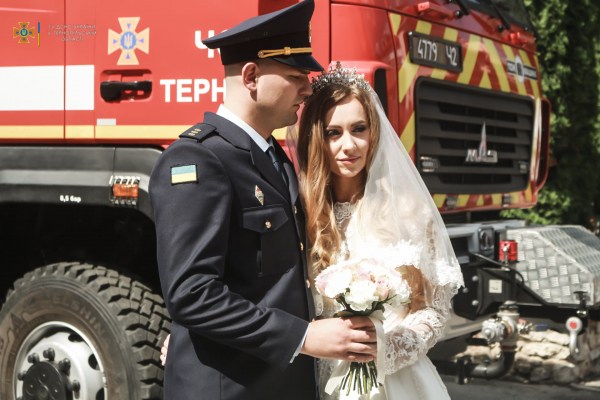 Під звуки сирен: у Тернополі відбулося незвичайне весілля
