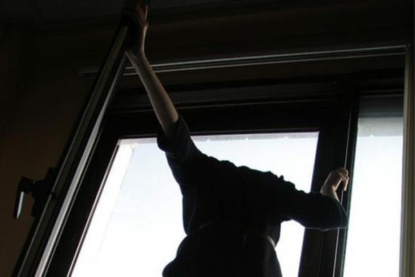 У Тернополі жінка намагалася вистрибнути із балкона