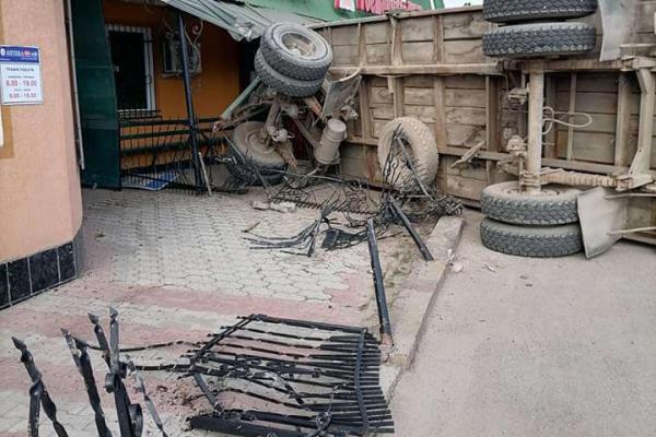 На Тернопільщині ДТП: причеп від вантажівки врізався у ресторан