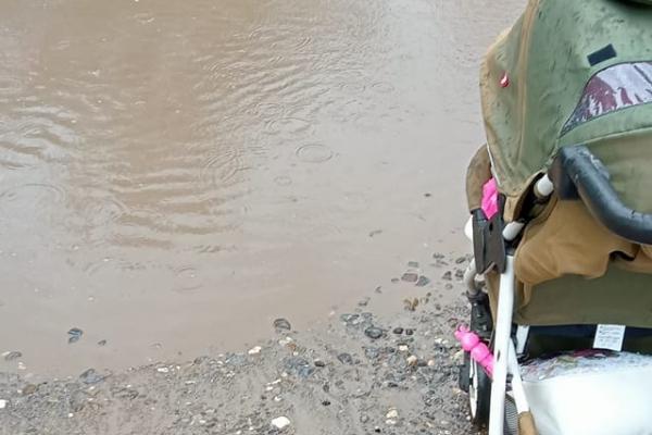 У Бережанах під час зливи дорога до дитсадка перетворюється на водойму