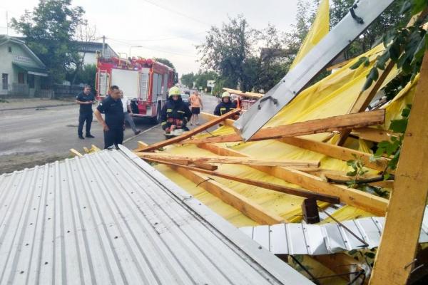 Потужний буревій у Заліщиках: вітер зривав дахи, валив дерева